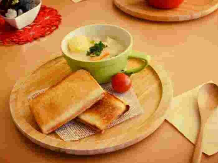 半熟たまごとハムの基本のホットサンド。たまごを割り入れて、ハムとチーズをのせるだけ♪チーズと一緒に半熟たまごがとろ~りあふれ出す美味しいホットサンドができちゃいます。