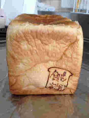 北海道十勝産の生クリーム&バターをたっぷり使用した食パンで、ふわふわ♡ 卵と添加物を使用しない、卵アレルギーを持つ方も安心の食パンです。