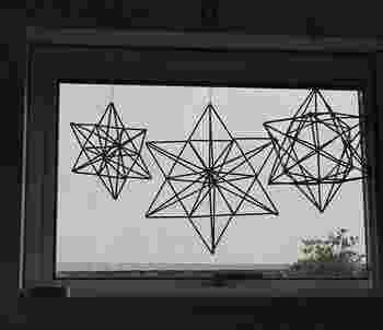 慣れてきたら、星形など複雑なデザインも…!ひとつだけでもいいですが、イロイロなサイズで作って飾れば素敵なインテリアになりますよ。