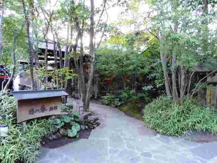 JR由布院駅から徒歩15分程で到着する「ゆふいん温泉 日の春旅館」。少し足を延ばして、ゆったりと温泉に浸かりながら由布院の空気を堪能しましょう。