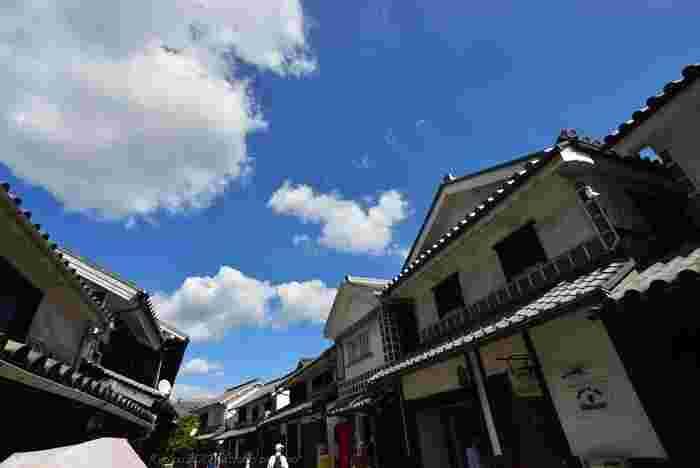 岡山は観光先としても人気が高く、特に県南部、瀬戸内海沿岸に位置する「倉敷」には、国内外から多くの人々が足を運んでいます。倉敷市内の中でも、白壁と瓦屋根が印象的な建物が軒を連ねる「倉敷美観地区」は特に人気で、古くから観光名所として全国的によく知られています。