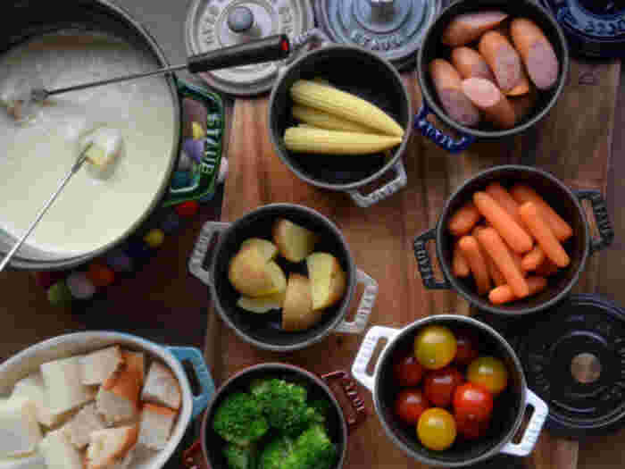 具材は、フランスパンや茹で野菜、ソーセージとハム、プチトマト、うずらの卵、茹でた鶏肉、海老、ホタテ、きのこ類などが一般的です。チーズフォンデュはチーズそのものを味わう料理なので、シンプルだからこそ具材にもこだわりたい!こちらのレシピは、シンプルで彩り豊かなバランスでチョイス。(ストウブを使ったレシピなことにも注目です!)