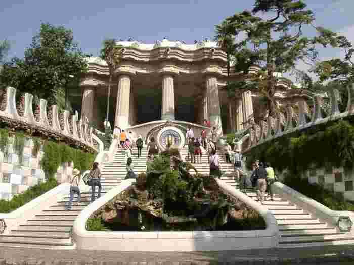 ガウディのスポンサーだったグエル伯爵の依頼で作られた夢のような庭園。カラフルなモザイクタイルの装飾や、ヘンゼルとグレーテルの物語をモチーフにしたと言われるお菓子の家、大階段で泉を見守る大トカゲや、傾斜のある「洗濯女の柱廊」など、ガウディの並外れた才能に感嘆するポイントが多数。大広場ではバルセロナの景色が一望できます。 もともとは集合住宅として建設されたのですが入居者が集まらず、その後バルセロナ市が買い取って現在の公園となりました。100年以上も前では時代が彼らの発想に追いつけず受け入れられなかったのですね。
