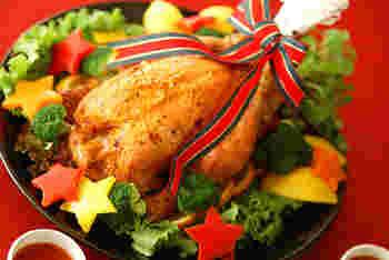 クリスマスのディナーには、やっぱりローストチキン!今年は思い切って丸焼きのチキンにチャレンジしてみませんか? こちらのレシピは定番のグレイビーソースではなく、トマトソースで後味さっぱり。チキンはもちろん、おなかに詰めたガーリックライスまで美味しく頂けるレシピです。