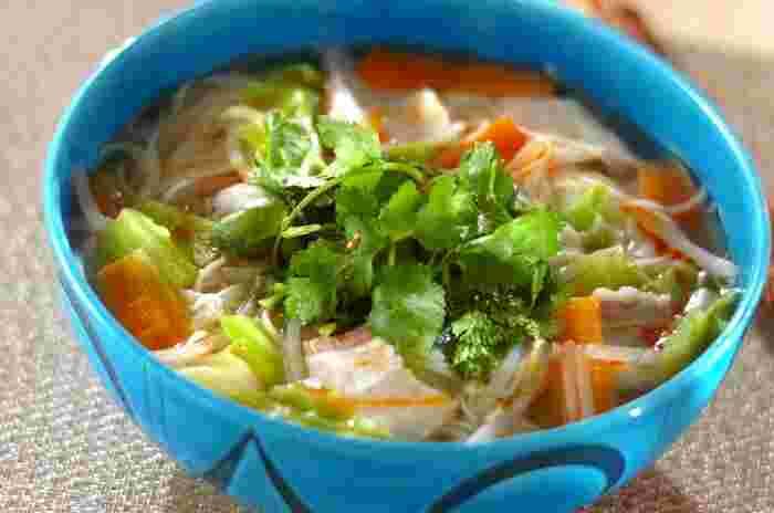 買い置きできる素麺を温かく仕立て、にゅうめんに。たっぷりのお野菜を入れて、トップにはパクチーを飾ると、本格的な味わいになります。