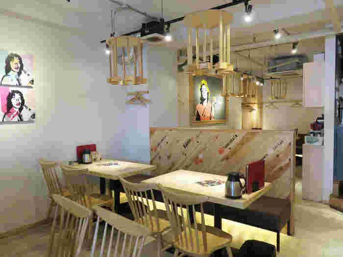 鮮魚居酒屋のイメージを覆す、明るく清潔感のある店内。カウンター席とテーブル席があり、一人でも女性同士でも気軽に立ち寄れるカジュアルな雰囲気で、外の空気を感じながら食事できるテラス席もあります。