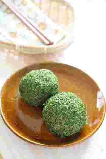 関西など西日本でポピュラーな青のりのおはぎ。作り方もきな粉のおはぎを作る要領と同じで、中に粒あんを入れて周りに青のりをまぶして作ります。さわやかなグリーンが食欲をそそり、あんこやきな粉のおはぎと一緒に並べて食卓に出せば、立派なティータイムのおもてなしになりそう。