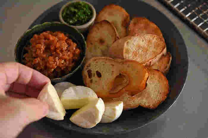 こんがり焼いたバゲットは、小さな鉢に盛ったミートソース、パセリ、カットしたチーズと一緒にワンプレートにまとめます。プレートに選んだのはイッタラのティーマ21cm。石のような表情をしたドッテドグレーは、どこか和の雰囲気も感じさせますね。