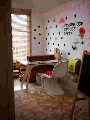 シンプルにドット柄で壁をまとめるのも可愛い。黒とピンクというコントラストのはっきりする彩りは、どこかパリのお部屋のような雰囲気です。