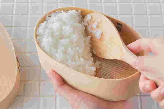 """大きさは""""六寸半""""と""""七寸""""があり、微妙な差ではありますが、深さのある土鍋で炊いた熱々のご飯をかえすなら、 持ち手が長い""""七寸""""がおすすめ!ご飯を、お弁当箱にちょこちょこっと詰めたりする時には、小回りの利く""""六寸半""""が重宝します。 木製の杓文字は、米粒がくっついてしまうイメージがありますが、ご飯が炊き上がるまでの間、水に浸しておけば、 その不安も解消します。プラスチック製の杓文字が多く出回る現代、こんな風に昔ながらの道具を使うことで、改めて、古き良き日本の良さを感じることが出来るのではないでしょうか。"""