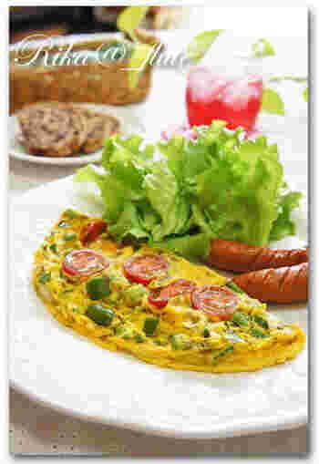洋朝食に欠かせないオムレツにハーブを入れるのも素敵。ここではドライタイムを使い、オムレツ用のルクエでレンジにかけていますが、ほかのフレッシュハーブを使ってもOK。爽やかな香りと風味がたまりません。