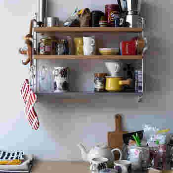 無駄のないシンプルなデザインのシェルフは、可動式の棚板だと更に使いやすいです。壁に取り付けるタイプだから、下部分を自由に使えて◎