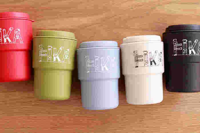 スウェーデン語で「お茶しよう」を意味する「FIKA」が人文字のイラストで描かれた、おしゃれな色合いのタンブラー。熱が手に伝わりにくい二重構造や、蓋にあいたストロー用の穴など、細やかな工夫がうれしい一品です。