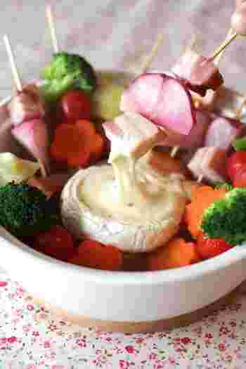 お好みの野菜やソーセージを串に刺して、溶けたカマンベールチーズに浸してチーズフォンデュのようにいただきます。おもてなしの一品にいかが?
