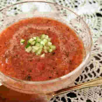 真っ赤なすいかにはリコピンがたっぷり。リコピンが豊富に含まれる食材といえばトマトですよね。この2つを使ってたっぷりリコピンを摂取する夏らしい冷製スープレシピがこちらです。リコピンは血流を改善し、栄養や酸素を体内に行き渡らせる大切な働きをしますよ。