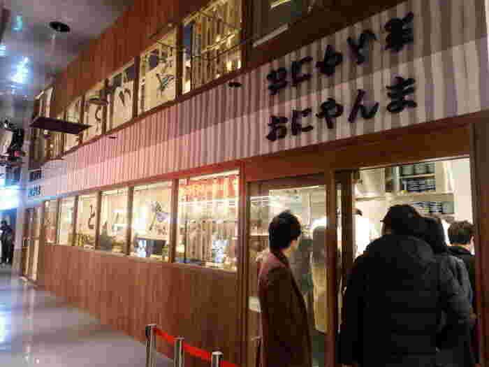 五反田に本店がある、讃岐うどんの有名店「おにやんま」が、2019年渋谷のPARCOの地下にオープン!カウンターのみの細長い店内が特徴です。