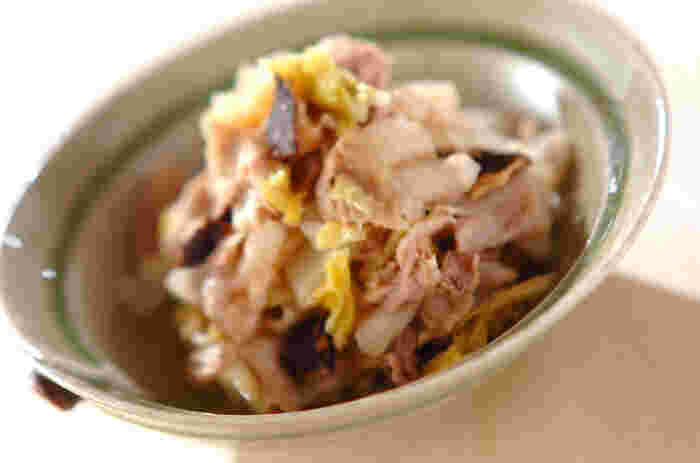 耐熱ボウルに椎茸・白菜・豚バラ肉を並べて、めんつゆをふりかけて電子レンジ(600W)で3~4分加熱。仕上げにポン酢醤油と大根おろしを混ぜ合わせます。サッと作れて、副菜やおつまみに最高。