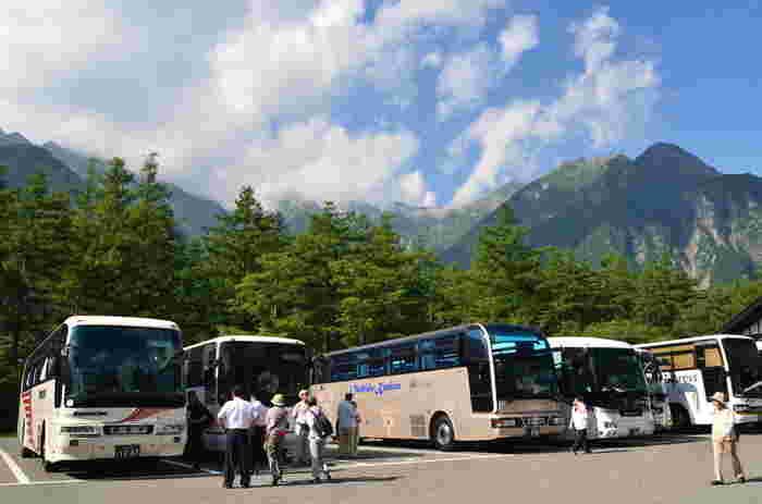 上高地は美しい自然を守るためにマイカー規制がされているため、車を利用する人は「沢渡駐車場」もしくは「平湯駐車場」に停めて、シャトルバスか定額制タクシーに乗り換えましょう。 公共交通機関を利用する場合はJR上高地線で「松本駅」から「新島々駅」まで向かい、路線バスに乗り換えましょう。「新島々駅」からは定期的にバスがあるので、事前に時間を調べておくのがおすすめです。