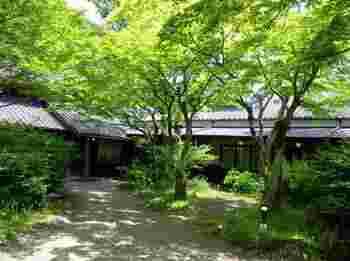 由布院の名宿・御三家の一つ「亀の井別荘」をご紹介。  上のほうで「茶房 天井棧敷」を取り上げましたが、実は亀の井別荘の2Fにあります。(ちなみに「茶房 天井棧敷」は夜、「Bar 山猫」というバーとして営業)  名前の通り、元は別府を代表する実業家、油屋熊八翁氏の別荘として建てられたもので、敷地はなんと、約1万坪。14の離れと6つの客室(洋室)を備えています。