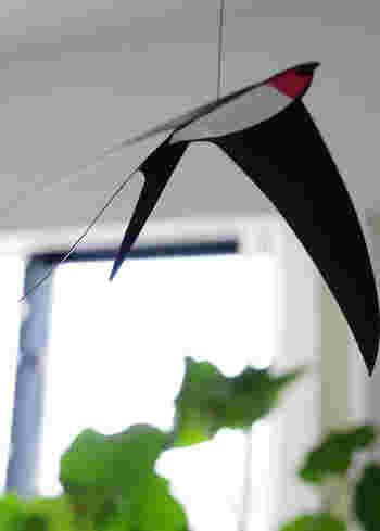 窓の近くに飾れば、風に揺れて、まるで本物のツバメが飛んでいるように♪ 夕方には影が映り、お部屋に優しい空気をもたらします。