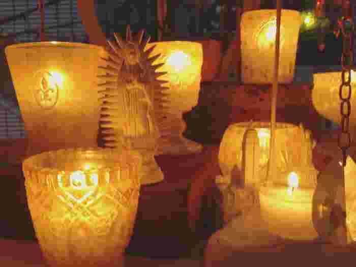 夕暮れが訪れると、店内の温かなライトと約70個のキャンドルが揺らめいて、とっても幻想的。