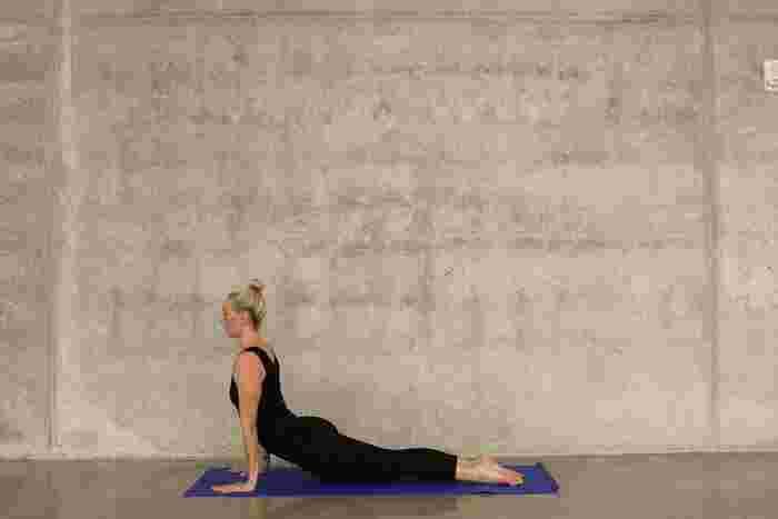 そこで今回は、寝ながらできて、効果的に背中にアプローチできる背中引き締めトレーニングを紹介します。筋力トレーニングというと難しいイメージや負担が大きいイメージがありますが、家で簡単にできるトレーニングも多くありますよ。  1.うつぶせに寝て、両手を前にのばす。 2.両手両足を上に持ち上げる。 3.肘を引いて腕をまげる。 4.背中の筋肉を意識しながら30回行う。