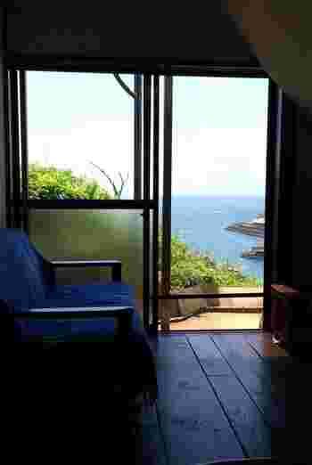小坪漁港近くの高台にあり、海や富士山が眺望できるロケーションは絶景です。店内の内装は、オーナーさんのこだわりが詰まっていて居心地のいい空間を作っています。
