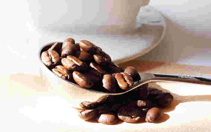 美味しいコーヒーを淹れるには、新鮮なコーヒー豆をチョイスすることが大切です。焙煎してから2週間程度で飲み切るのがベストなので、豆を購入するときは少しずつ購入するとよいでしょう。キャニスターなどに入れて冷暗所で密閉して保存します。