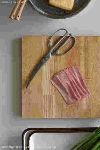 キッチンバサミは使いやすさも重要。 絶妙なカーブが食材をしっかりと掴み、カットしやすい設計になっています。脂で滑って切りにくいベーコンも、分厚いピザトーストも押しつぶすことなくスパッと切れるのだそう。