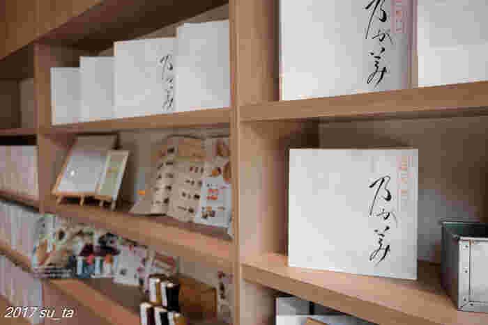 壁一面に飾られた高級「生」食パン。店舗は関西圏に数多くありますが、関東ではたまプラーザや川崎、草加などにあります。また通販も行っているので、遠方の方でも美味しく頂くことができますよ。