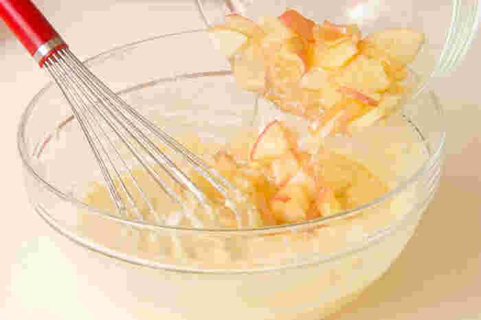 大きめのボウルに生地の材料を入れて、粉っぽさが無くなるまで丁寧によく混ぜ合わせます。リンゴを加えてさっくりと混ぜ合わせて基本の生地は出来上がりです。