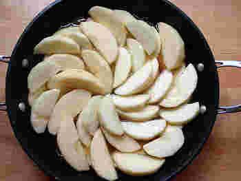 フライパンにBのグラニュー糖のうち65gを入れてカラメルを作ります。 いったん火を消してBの無塩バター50gとカットしたりんごを入れ、上からBの残りのグラニュー糖を入れ弱火で煮ます。