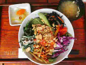 「ブッタボウル」は、お野菜やたんぱく質、ナッツなどが盛りつけられたヘルシーな丼もの。お野菜たっぷりなので健康的です。体に良いお料理と僧侶とのお話で、心とからだのデトックスをしてみませんか?