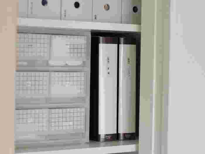 リビングクローゼットの中段は一番使いやすい場所。この使いやすい場所をどのように収納するかが、使いやすい収納にできるかどうかの鍵です。 細々したものは引き出しを用意してその中へ。引き出しは中身が確認できるよう、目線より低い位置に置きましょう。