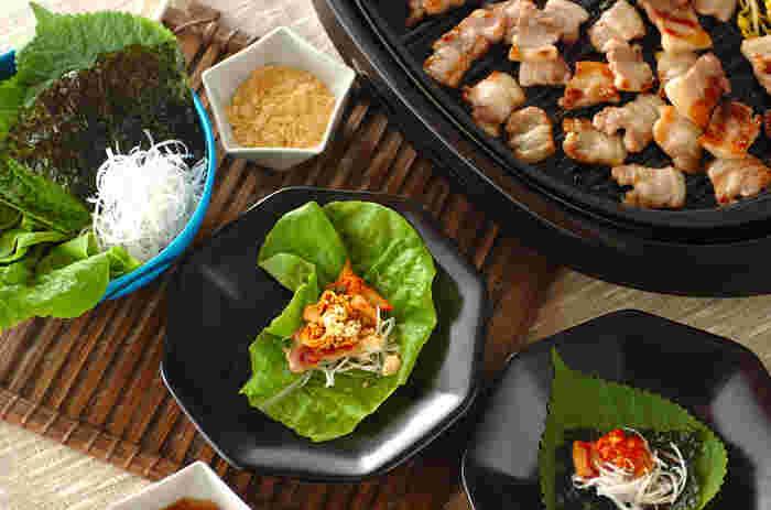 甘辛さがあとを引く韓国調味料「サムジャン」と、ごま油と塩を合わせたシンプルな「キムルジャン」。一般的な材料で簡単にできますので、ぜひおうちで作ってみましょう。