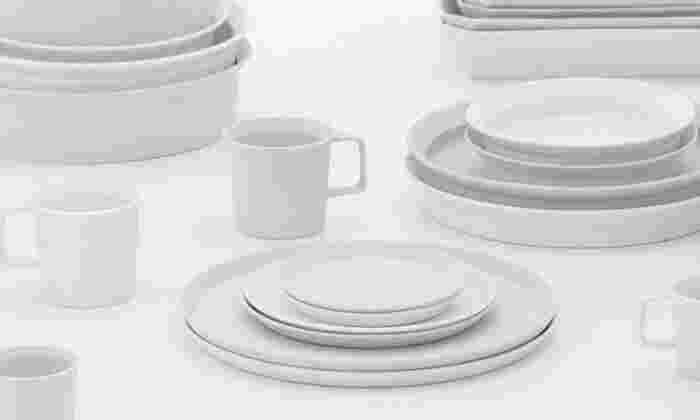 空間デザイナー・ 柳原照弘がプロデュースする「1616/arita japan」シリーズ。シャープでシンプルなフォルムと、白と淡いグレーの組み合わせ。影の差す滑らかな雪原をイメージさせる、清潔感たっぷりのシリーズです。