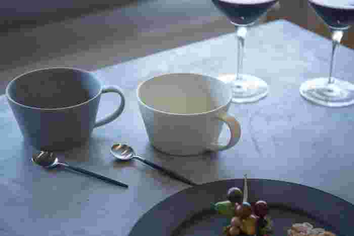 Sakuzanスープカップセットは、マットな質感が落ち着きのある洗練された雰囲気。シンプルなデザインのため、使いやすさも抜群!カフェオレはもちろん、スープやデザートを入れて使ってもいいですね。