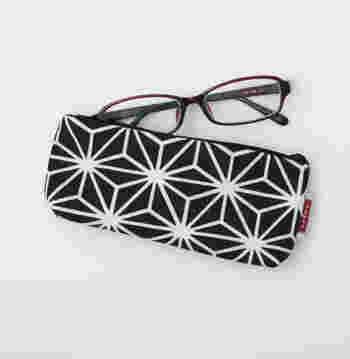 手ぬぐいでできたユニークな眼鏡ケース。黒と白のコントラストがクールで和モダンな印象です。