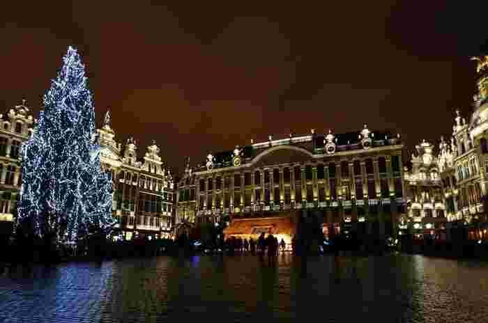 クリスマスマーケットは、国によって特徴がそれぞれです。つづいてご紹介するベルギーの「ブリュッセル」のクリスマスマーケットは、世界一美しい広場として知られるグラン・プラスの前で行われるクリスマスマーケット*