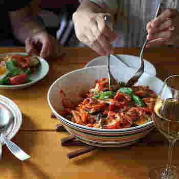 お料理を「美味しい」と感じるには、見た目も重要な要素の一つと言われています。素敵な盛り付けを目指すなら、お皿選びも大切なポイント。今回は、色別にワンランク上の盛り付けを目指せるお皿をご紹介したいと思います♪