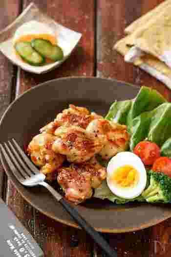 鶏肉に下味を揉み込み、あとはフライパンで焼くだけのお手軽レシピ。鶏肉を買った時に下味をつけて冷凍保存しておけば、夕飯作りがグンと楽になります。(冷蔵保存3〜4日・冷凍保存30日)