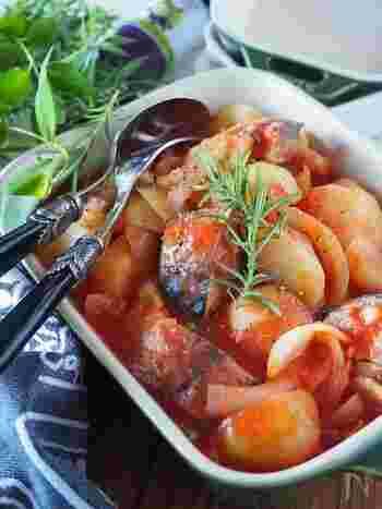 電子レンジで10分でできるお手軽レシピ。さば缶の汁とトマトジュースの水分のみで煮込むから、素材の旨味が逃げません。