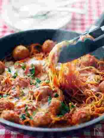 あの有名なアニメに登場したパスタによく似たミートボール入りのパスタ。トマトジュースで具材とパスタを煮込んで作ります。ミートボールだけでなく、ひき肉も使ったダブルミートでボリューム満点です!