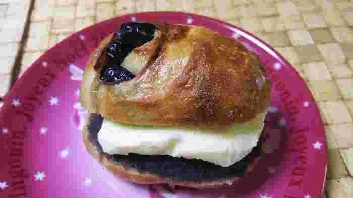 こちらのあんぱんは、丹波産黒豆あんバターサンド。ハードパンに文字通り丹波さんの黒豆で作られた餡子と、濃厚バターのコラボです。「なんか、しつこそう?」いえいえ、それがとっても上品なお味なんです!