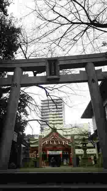 大阪市中央区に鎮座する玉造稲荷神社は、伝承によると紀元前12年に創建されたという2000年以上もの歴史を持つ神社です。ここは、神前式の結婚式を挙げるカップルも多いことでも有名な神社です。