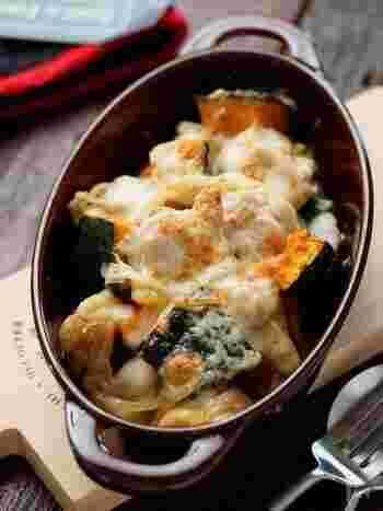 レンチンしたかぼちゃと他の食材をフライパンで炒めたら、チーズを散らしてトースターで焼くだけです。シンプル&簡単に作れるのに、そのままいただいても、ご飯のおかず、お酒のおつまみにもよく合うレシピに仕上がります。