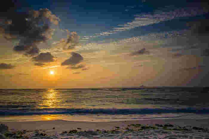 夕日がキラキラと光る天然ビーチに、悩み事なんておいてこよう。