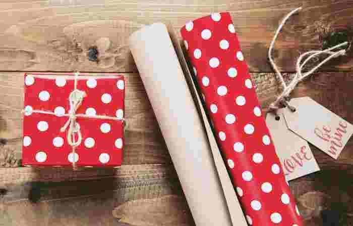 記念日のケーキは、贈り物としてキレイにラッピングしたものを渡したいですよね?最近の100円ショップでは、バラエティ溢れるラッピンググッズが揃っているので、チェックしてみて下さい。バレンタインやハロウィン、クリスマスになると、そのイベント向けのラッピングアイテムが豊富に販売されていますよ!