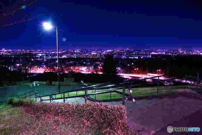 街灯を合図に昼から夜の景色へと変わっていきます。