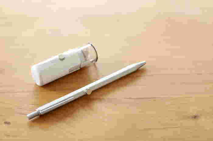 テーブル裏にはマグネットシート、ペンと印鑑には接着剤でミニマグネットを付けて。 お子さんの連絡帳やプリントを記入するときにも便利です。